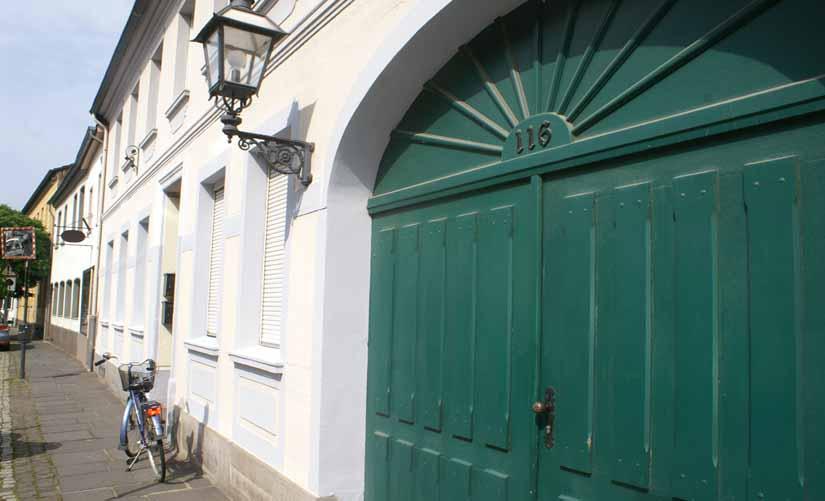 historisches 4 familienhaus mit 3 garagen im ortskern krefeld linn kersting immobilien. Black Bedroom Furniture Sets. Home Design Ideas